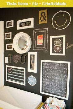 Que a tinta de quadro negro está na moda e que nós amamos, não é nenhuma novidade né... mas olha só que proposta diferente para ter uma parede-lousa, cheia de enfeites e molduras que interagem que os desenhos e recadinhos!