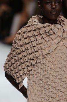 Issey Miyake.Tecido texturizado. Nude.feito à mão