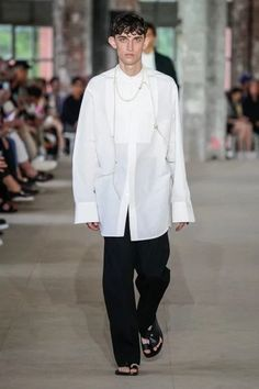 Jil Sander Spring 2020 Menswear Fashion Show Collection: See the complete Jil Sander Spring 2020 Menswear collection. Look 3 Young T, Calvin Klein Red, Gq Magazine, Street Style Trends, White Shirts, Fashion Over 50, Minimal Fashion, Red Carpet Fashion, Jil Sander