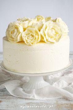 Tort śmietankowy z brzoskwiniami i bukietem róż :) Kitchen Recipes, Vanilla Cake, Frosting, Sprinkles, Eat, Cooking, Light Photography, Food, Cakes