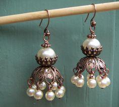 Cobre grano color tapa aretes con perlas de cristal crema