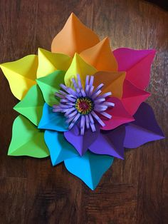 Handmade paper flower set. Perfect for birthdays, or any event. Made to order. Turn around time is 1-2 weeks from ordering date. * expedite shipping is available at a higher cost* please message me if you want them faster than turn around time* 6 piece paper flower set Flowers