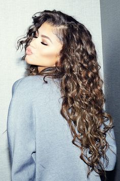 Zendaya Shows Off The Curls In The Coveteur. Zendaya gets cozy with The Coveteur and dishes on all things hair, wellness and skincare check it out after the drop. On her hair routine (which she ha… Hair Inspo, Hair Inspiration, Curly Hair Styles, Natural Hair Styles, Natural Curls, Curly Hair Layers, Round Face Curly Hair, Zendaya Coleman, Pretty Hairstyles