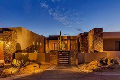 22 Earth-Toned Southwestern Houses Inclined to Nature Spanish Home Decor, Spanish House, Mountain Home Exterior, Dream House Exterior, Stucco Exterior, Exterior Design, Hacienda Homes, Southwestern Home, Southwestern Decorating