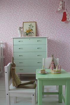 Huset ved fjorden: Ha ei strålande.... love the wallpaper and mint dresser