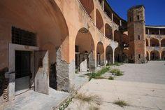 Il carcere di Santo Stefano fu fatto costruire da Ferdinando IV di Napoli alla fine del 1700