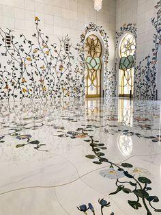 É uma belíssima obra da arquitetura islâmica.  A Mesquita Sheikh Zayed em Abu Dhabi foi iaugurada em 2007 e nomeada em homenagem ao  Sheikh Zayed Bin Sultan Al Nahyan, o fundador dos Emirados Árabes. Considerada a 3ª maior mesquita do mundo com capacidade de acomodar 40,000 fiéis, perde em tamanho apenas para as mesquitas em Meca e Medina, cidade sagradas dos muçulmanos na Arábia Saudita.