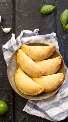 Mini Calzone with cheese recipes recipeoftheday easy eat recipe eat food fashion diy decor dresses drinks breakfast toast vegan vegetarian Creative Food, Diy Food, No Cook Meals, Food Videos, Food Inspiration, Appetizer Recipes, Love Food, Parfait, Cooking Recipes