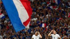 RAUS! Frankreich jubelt, Schweinsteiger und Kroos (r.) können es nicht fassen