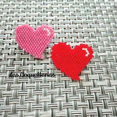 Broche coeur pour la st Valentin #jenfiledesperlesetjaimeca #jenfiledesperlesetjassume #stvalentin #broche #brickstitch #perlesaddict #perleusecompulsive #perlesandco #jesuisunesquaw #perlotherapie #perlezmoidamour #perleuseaddict #love #amour #lapetiteepicerie #lescoquetteries Peyote Stitch Patterns, Beading Patterns, Embroidery Patterns, Bead Embroidery Jewelry, Beaded Embroidery, Beaded Jewelry, Stitch Crochet, Peyote Beading, Beaded Clutch