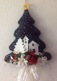 Albero natalizio fuori porta in stoffa Fabric Christmas Trees, Easy Christmas Ornaments, Handmade Christmas Decorations, Christmas Mood, Christmas Makes, Christmas Candles, Felt Ornaments, Rustic Christmas, Beautiful Christmas