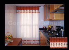 Visillo de cocina con volante cosidos juntos en la misma cabecilla, confección manual a tablas respetando los motivos e instalado en un conjunto de madera 20 mm. Roble.