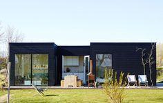 www.depotrotterdam.nl Depot Rotterdam ontwerpt en bouwt buitenhuisjes waarin je je thuis voelt. De buitenhuisjes kunt u plaatsen in de (volks)tuin, op het recreatieterrein, op het strand of op het dak. Als vakantiehuisje, als logeerhuisje, als kantoor of als extra huisje vanwege gezinsuitbreiding. Dit buitenhuisje staat op Terschelling, als vakantiehuisje.