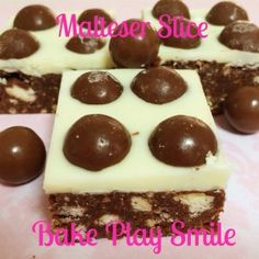 You will love this Malteser Slice No Bake Recipe that is made with Rice Bubbles. It's easy and delicious and will fly off the plate. Chocolate Caramel Slice, Chocolate Caramels, Best Chocolate, Melting Chocolate, Malteser Slice, Yummy Treats, Sweet Treats, Healthy Slice, Play