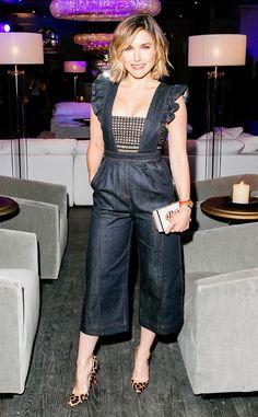 Jolie en jean de Fashion Police  Sophia Bush est une diva en denim dans cette combinaison jupe-culotte signée Self-Portrait aux épaules volantés et à la pièce de maille sur le devant. Si chic ! Et n'oublions pas ses escarpins léopard !