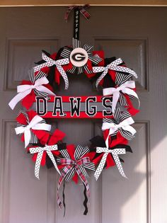 UGA bow wreath,/ pick your team and colors and team name and apply Georgia Bulldog Wreath, Georgia Bulldogs Football, Alabama Football, American Football, College Football, Diy Craft Projects, Projects To Try, Diy Crafts, Craft Ideas