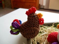 crochet roaster and chicken Easter Crochet Patterns, Crochet Birds, Cute Crochet, Crochet Dolls, Chicken Pattern, Crochet Projects, Free Pattern, Projects To Try, Arts And Crafts