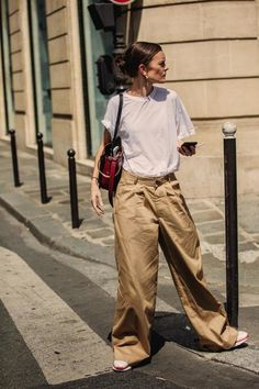 items you need to nail French-girl fashion A model wears trousers and a white T-shirt on the streets of Paris during haute couture fashion week.A model wears trousers and a white T-shirt on the streets of Paris during haute couture fashion week. Haute Couture Paris, Style Haute Couture, Couture Week, Look Street Style, Street Style Blog, Street Style Looks, Daily Fashion, Girl Fashion, Style Fashion