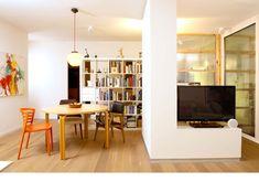 חדר העבודה (בתמונה מאחורי מסך הטלוויזיה) נתחם במסגרות עץ אורן ומחיצות מפוליגל – החלטה שבזכותה מרוויח החדר אור מהסלון ( צילום: דורון עובד )