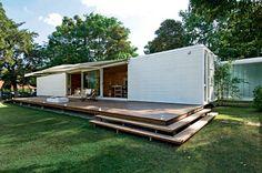 arquiteto argentino Jorge Perez criou essa casa com dois contêineres que somam 70 m² para a área social com deque. No fundo, usou um contêiner de 30 m² para as suítes (Foto: Divulgação)