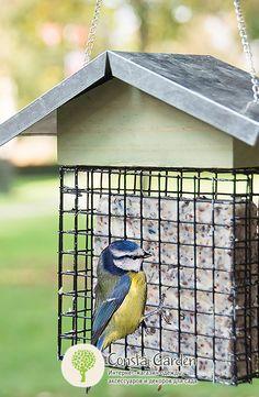 Кормушка для птиц «Хлебный домик» Esschert Design.Подвесная кормушка для птиц – держатель для хлеба, выполнена из дерева в виде домика с оцинкованной крышей и цепочкой-подвесом.