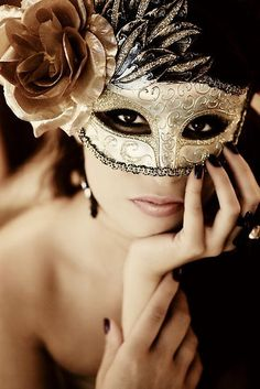 Stunning gold mask...for a Mardi Gras ball