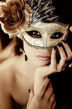 Stunning gold mask...for a Mardi Gras ball