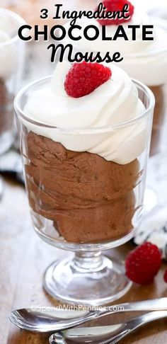 Easy Chocolate Mousse in 1 Minute This Easy Chocolate Mousse recipe needs just 3 ingredients and one minute. The result is a deliciously decadent dessert that everyone will rave about. Chocolate Mouse Recipe, Chocolate Pudding Desserts, Easy Chocolate Mousse, Easy Chocolate Recipes, Chocolate Lovers, Dessert Simple, Raspberry Desserts, Red Raspberry, Mousse Dessert