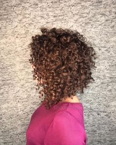 A imagem pode conter: uma ou mais pessoas Mid Length Curly Hairstyles, 3b Curly Hair, Curled Hairstyles For Medium Hair, Crimped Hair, Curly Bob Hairstyles, Pretty Hairstyles, Curly Hair Styles, Natural Hair Styles, Long Curly Bob