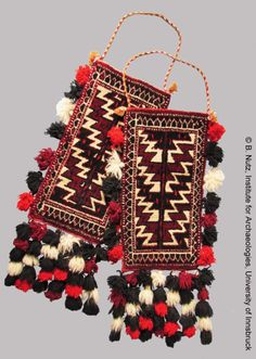 Yomut spindle bags (igsyalyk or igsalik) from Turkmenistan. These torbas (carpet bags) Hand Work Embroidery, Vintage Embroidery, Carpet Bag, Rugs On Carpet, Name Plate Design, Pom Pom Crafts, Fabric Jewelry, Fashion Fabric, Handmade Bags