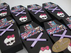 Linda lembrancinha do tema que faz a cabeça das meninas, Monster High.  Armário em formato de caixão, personalizado, com balas. Somente o armário, sem as balas R$ 4,80. R$ 6,50
