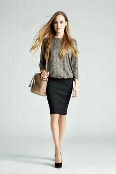 8c331e32b3 Klasyczny zestaw z odrobiną połysku - ołówkowa spódnica w kolorze czarnym  oraz srebrna bluzka z rękawami