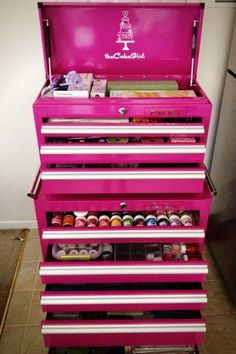 Cake Decorating Tool Box.  http://theoriginalpinkbox.com/wp-content/uploads/319348_4505847047542_405203481_n.jpg