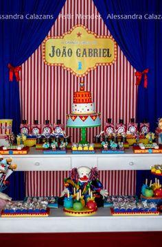Para celebrar o primeiro aninho do JG o tema escolhido foi circo. A mamãe queria algo bem alegre e muito colorido.  Vale conferir!          ...