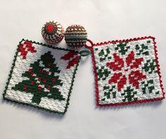 2 crochet pattern Christmas potholder with Tree or Star by Atelier Sopra door AtelierSopra op Etsy Potholder Patterns, Crochet Potholders, C2c Crochet, Crochet Stitches, Crochet Hooks, Knitting Patterns, Crochet Christmas Decorations, Christmas Crochet Patterns, Christmas Yarn