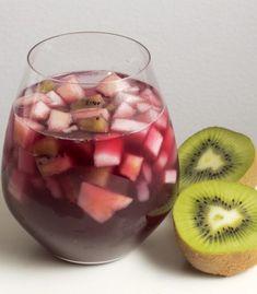 Una refrescante y deliciosa bebida a base de vino tinto combinado con frutas. Ideal para fiestas y reuniones. PARA 6 PORCIONES ½ taza de agua ½ taza de azúcar blanca 8 limones 2 ½ tazas de agua 1 manzana, en cubos pequeños 1 pera, en cubos pequeños 3 kiwis, en cubos pequeños 2 tazas de hielo ½ botella de vino tinto PREPARACIÓN 15 MINUTOS Para preparar el jarabe, calentar media taza de agua en una olla honda pequeña con el azúcar. Revolver lentamente hasta que se disuelva bien. Colocar en una… Party Drinks, Fun Drinks, Yummy Drinks, Yummy Food, Cocina Natural, Dinner With Friends, Frozen Fruit, Everyday Food, Diy Food