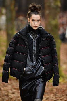 Paris Fashion Week: It's a Forest Runaway for the Chanel Fall Show 2018 Fashion Week Paris, Autumn Fashion 2018, Fashion Show, Estilo Street, Thick Tights, Chanel Coat, Chanel Brand, Parisian Style, Leather Gloves