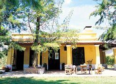 Típico diseño de las casas de campo argentinas. La tonalidad de amarillo elegida aporta un aire contemporáneo a esta estancia