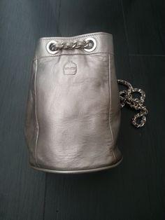 ¿Cómo llevar un bolso plateado de día? en www.minimofashionshowroom.com, tu outlet de moda en Madrid.
