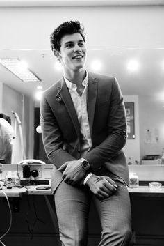See Shawn Mendes pictures, photo shoots, and listen online to the latest music. Shwan Mendes, Mendes Army, Pretty Boys, Cute Boys, Beautiful Boys, Fangirl, Shawn Mendes Cute, Lights On Shawn Mendes, Shawn Mendes Smiling