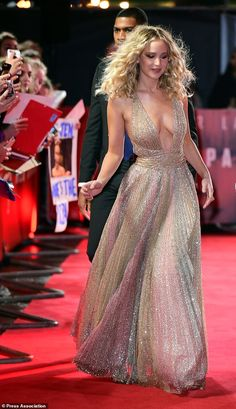 Jennifer Lawrence attends Red Sparrow premiere in London - Jennifer Lawrence looked worlds away from her demure look at Sunday night's BAFTAs as she took to - Beautiful Celebrities, Beautiful Actresses, Gorgeous Women, Beautiful Body, Khloe Kardashian, Jennifer Lawrence Style, Jennifer Lawrence Red Sparrow, Estilo Jenner, Looks Party