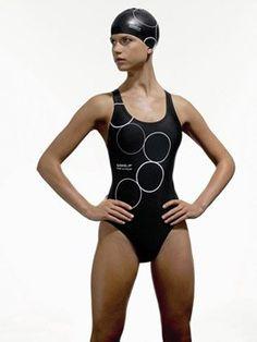 Rassig  - Synchronschwimmen: Aquagym für Profis - Klassisch, ja. Aber auch gefährlich raffiniert dank der mystisch aufgedruckten Kringel. Ein sportlicher Einteiler, der all Ihre Bewegungen zu 100% begleiten wird. Das Plus: das resistente...