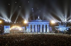 Baloane, care fac parte din lucrarea de artă Lichtgrenze 2014, zboară în față Porții Brandenburg, în timpul evenimentului de comemorare a căderii zidului Berlinului