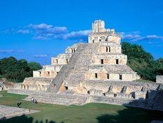 """Significado Itzá es el nombre de un linaje de origen chontal que se estableció en el sitio. Por extensión, los pobladores de otros asentamientos se referían a los habitantes de esta antigua ciudad maya como """"Itzáes""""; de aquí proviene su nombre: Ytzná / Edzná: """"Casa de los Itzáes""""."""