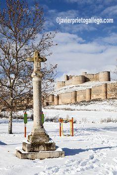 IImagen invernal del crucero con el castillo y las murallas al fondo. Berlanga de Duero. Soria. Castilla y León. España. © Javier Prieto Gallego. www.siempredepaso.es