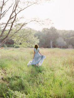 Caminar por el pasto en el campo