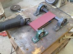 Homemade notcher grinder constructed from pillow bearings, shafting, a sanding belt, and an angle grinder. Woodworking For Kids, Woodworking Patterns, Woodworking Workshop, Woodworking Projects, Woodworking Beginner, Woodworking Lamp, Intarsia Woodworking, Woodworking Techniques, Homemade Tube