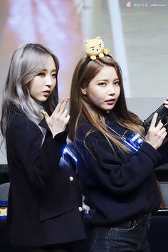 They look so serious but Solar has a freaking cat on her head