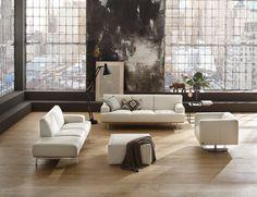 Überaus leichtfüssig kommt das Sofa Toscaa von Black Label in beigem Leder daher. Das Leder Supersoft Fango harmoniert hervorragend mit dem Sockel in Nussbaum. Ein besonderes Highlight sind die dezenten Bügelfüsse aus mattem Metall. Flach und filigran verleihen sie der Ledercouch ein top-modernes Aussehen. Bezogen ist das Sofa mit einem hochwertigen Reinanilin-Leder. White Sofas, Exposed Wood, Couch, Dining Bench, Designer, Living Room, Plays, Contrast, Leather