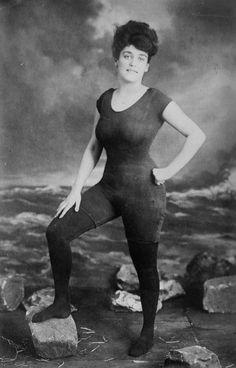 """Annette Kellerman. """"Fue arrestada por indecente al promocionar el primer traje de baño femenino de una sola pieza. Esta es la fotografía en cuestión."""" - Fuente: lagranimprenta.es"""